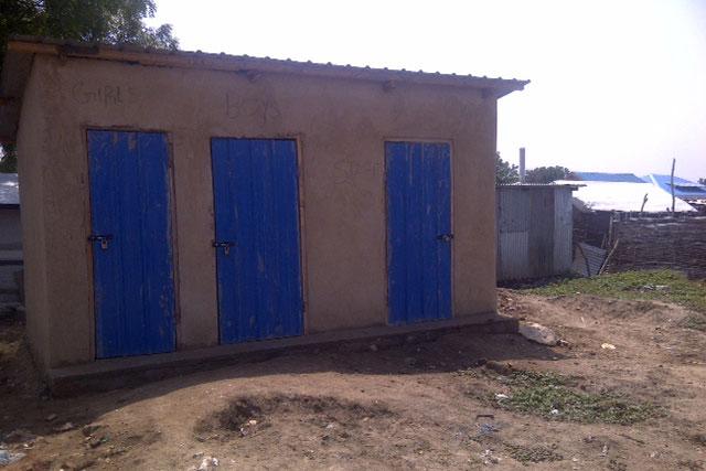 Nieuwe latrine Trumpeter Community Health Project